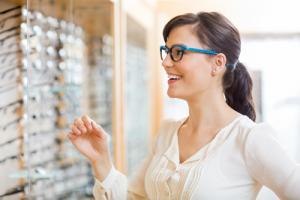 ad14a0a22 Quem usa óculos de grau sabe: além de ajudar a enxergar melhor, a armação é  um elemento de estilo.